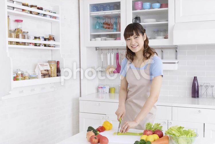 キッチンに立つ女性3の写真