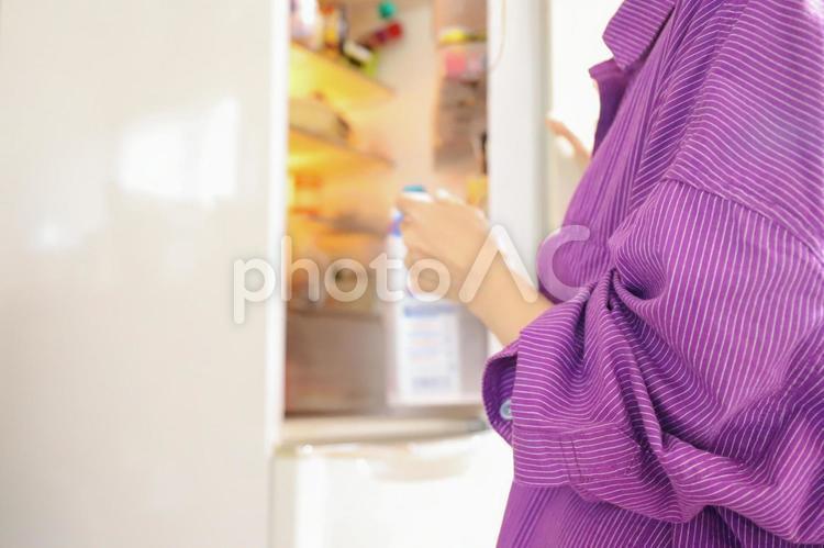 冷蔵庫を開けるの写真