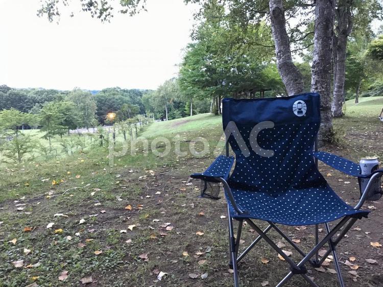 キャンプの椅子と自然の写真