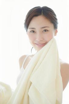 수건으로 얼굴을 닦는 여자 4