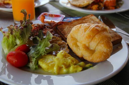 クロワッサンのある朝食