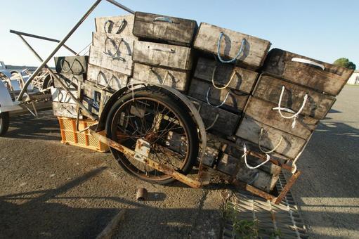 簑島 어항에서 리어카에 쌓인 토로 상자