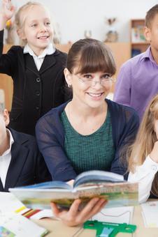 小学生11围坐在老师