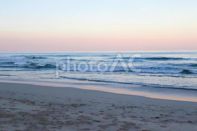 朝の海 浜辺 朝焼け 砂浜 風景の写真