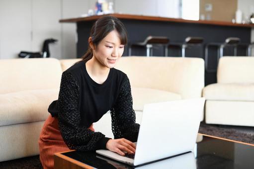 노트북을 사용하는 웃는 여성