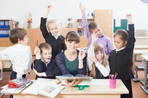 小学生围坐在老师17