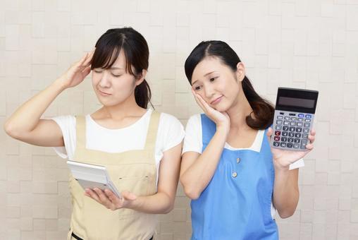 計算機を持つ二人の女性
