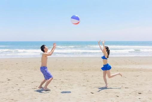 男女嬉闹Kyakkya和沙滩排球