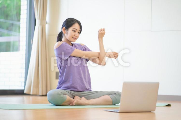オンラインヨガをする女性の写真