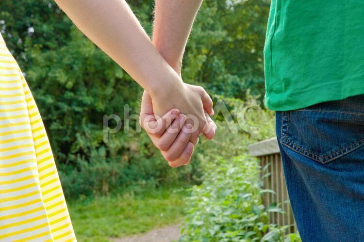 手をつなぐカップル3の写真