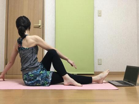 一個女人在家裡做在線健身