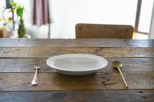 白陶咖哩菜和餐具