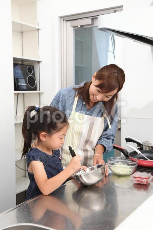 料理をする親子1の写真