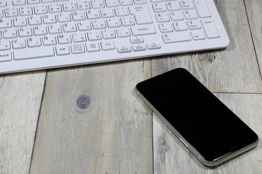 桌子上的智能手機