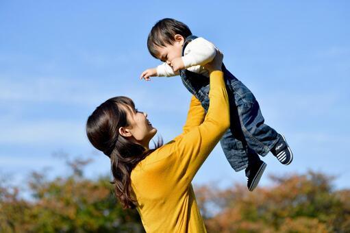 子供と遊ぶお母さん