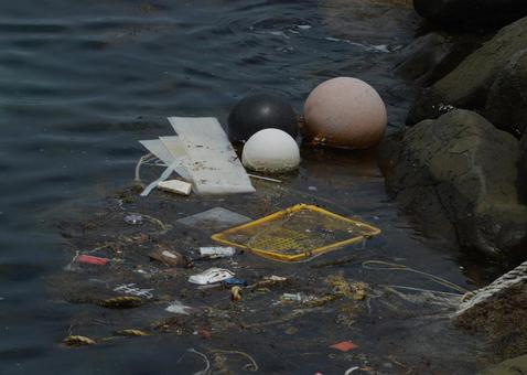 해안에 표류 한 쓰레기