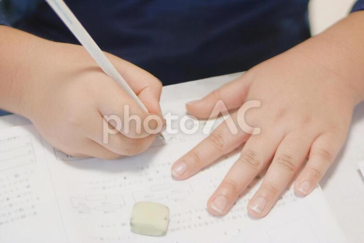 小学生の受験勉強の写真