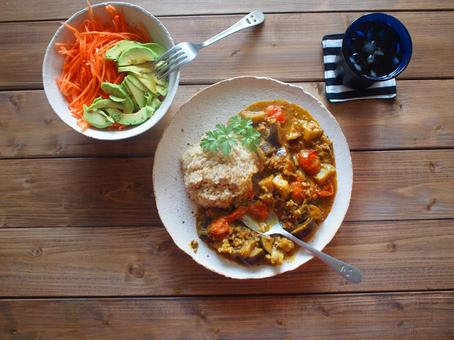 Tomato curry and avocado carrot salad