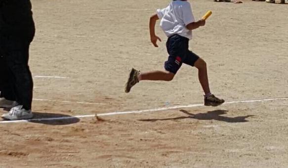 一个男孩在运动接力跑