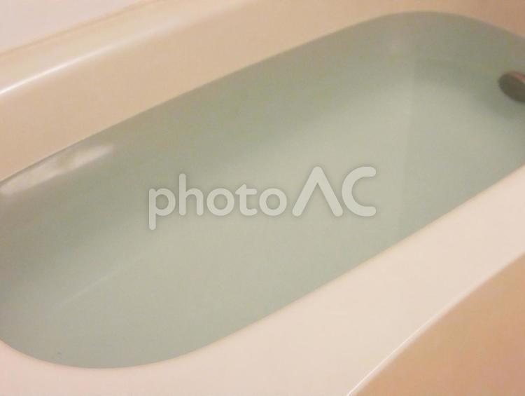 浴槽にお湯を張る 湯船の写真