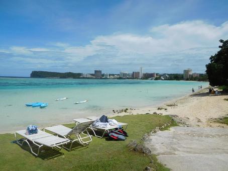 괌 해변과 갑판 의자