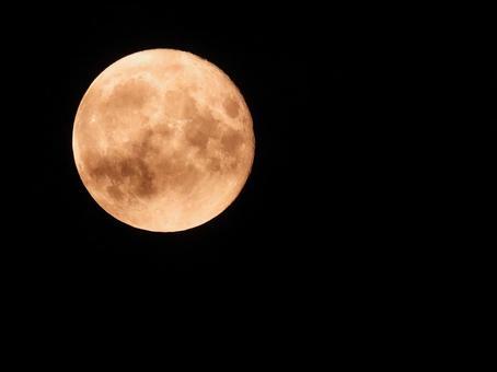 煌々과 비추는 붉은 보름달 2020 년 8 월 4 일의 밤