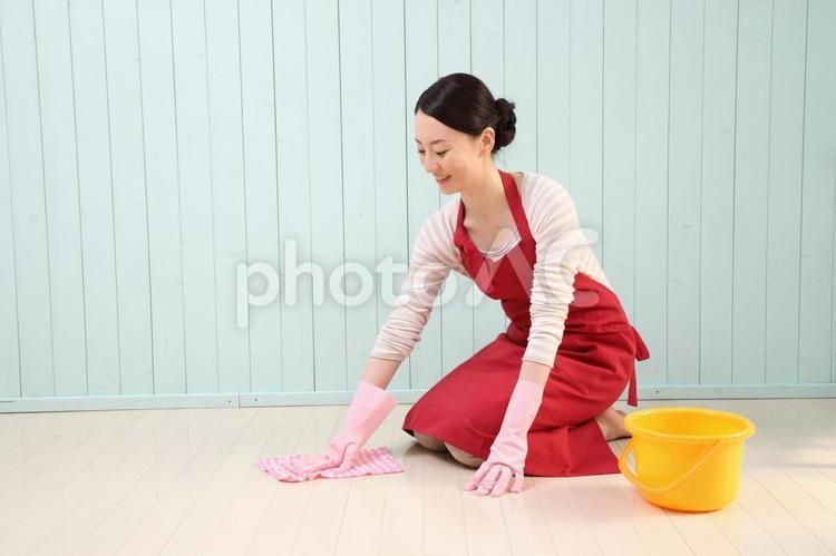 掃除をする女性2の写真