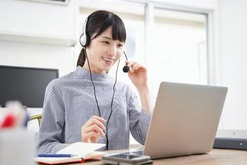 在宅でオンラインミーティングをする私服の日本人女性ビジネスウーマン