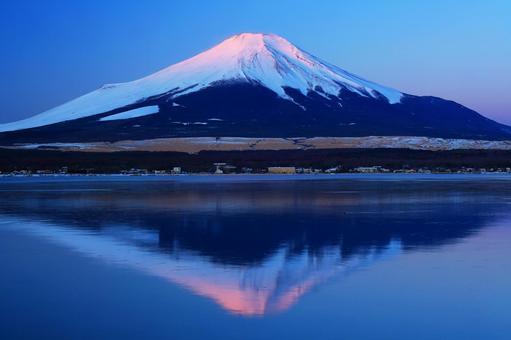 Beautiful Fuji _ Lake Yamanaka _ A quiet morning _ The beginning of Beni Fuji