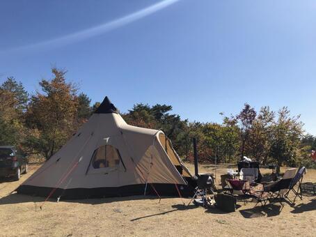 텐트와 거실과 가을 하늘