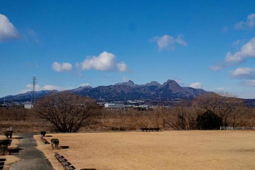 從冬季公園看的春菜山