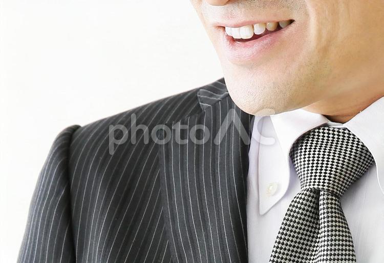 よろこぶ男性の口元の写真