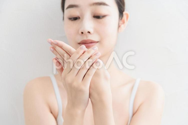 手を触る若い女性の写真