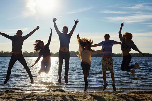 물가에서 점프하는 젊은이들 3