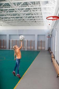 小学生在体育馆打16