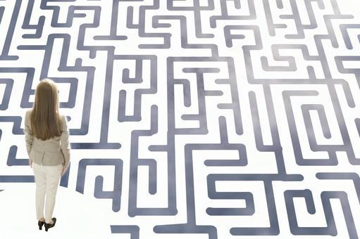 미로에 직면하는 여성의 이미지 : 회색 미로