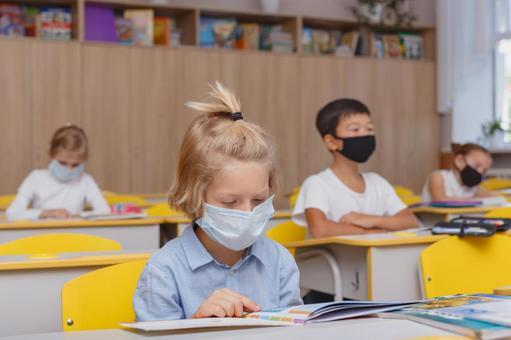 小學生戴著口罩上課