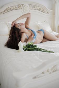 女模特1平躺在床上