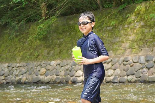 小學生在河裡玩
