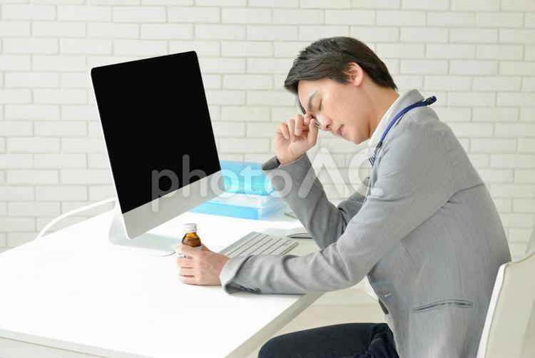 栄養ドリンクを飲んでいる男性3の写真