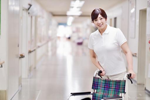 車椅子を押す介護士