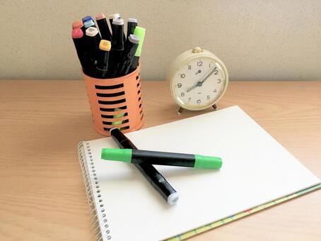 스케치북과 펜과 시계
