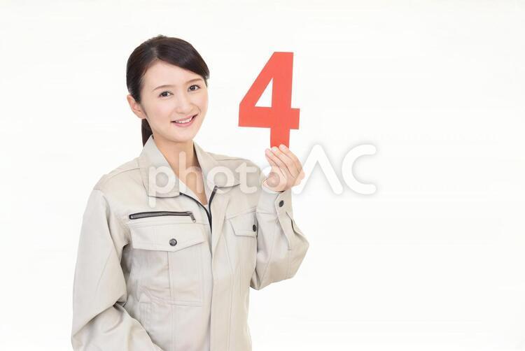 数字を持つ笑顔の女性労働者の写真