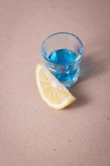 蓝色饮料和柠檬