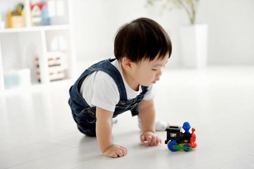 玩具で遊ぶ男の子