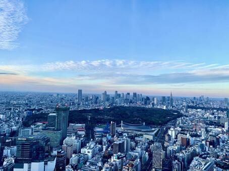 도쿄의 신주쿠 방면의 고층 빌딩