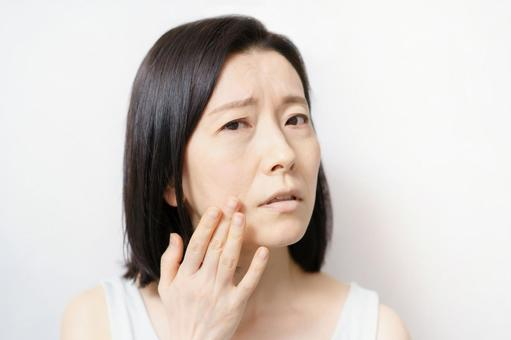 Women suffering from skin problems (image in their 40s and 50s)
