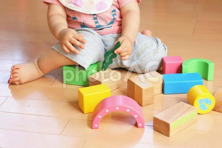 おもちゃで遊ぶ幼児の写真