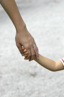 父母手牵着手
