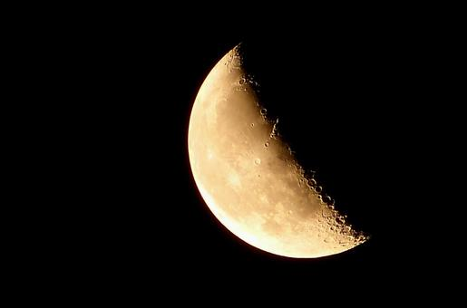 There are bright moon (月 齢 22.6)
